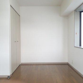 画面右手には出窓。※写真は2階の同間取り別部屋のものです