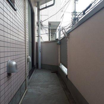 バルコニーは細長いデザイン。物干し掛けも設置済み。※写真は2階の同間取り別部屋のものです