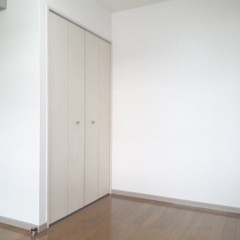 こうしてみると、お部屋の中でのクローゼットの存在感は大きめ。※写真は2階の同間取り別部屋のものです