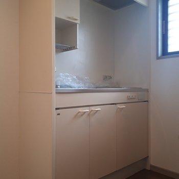 こちらは廊下にあるキッチン。※写真は2階の同間取り別部屋のものです