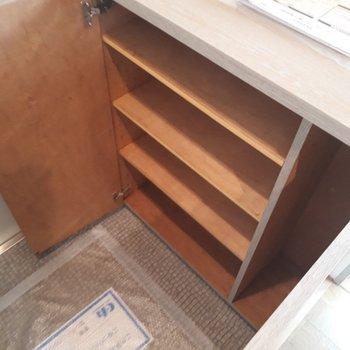 シューズクロークは全4段。上には鍵などを置けます。※写真は2階の同間取り別部屋のものです