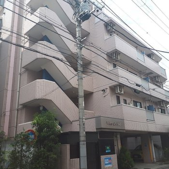 オーソドックスなデザインのマンションです。