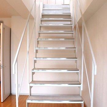 【下階】メゾネットタイプの階段を登る