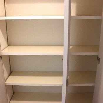 右隣の収納ボックス
