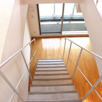 【上階】見ると階段が広い