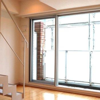 【下階】部屋中が窓という感じのリビング