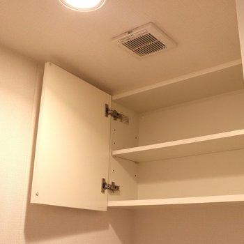 トイレ上にも収納棚