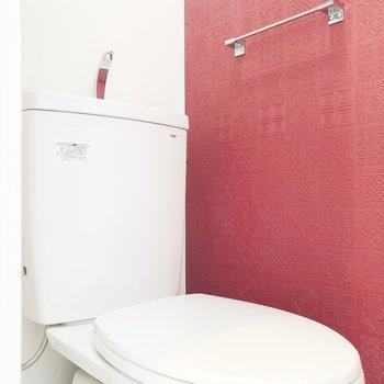 トイレの壁も赤色です