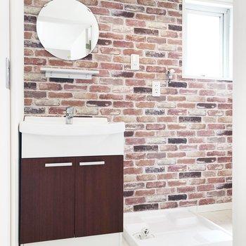 丸い鏡とレンガ風の壁が可愛いですね