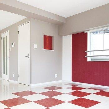 薄いグレーの壁が赤い床によく合っています