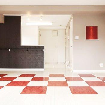 床は紅白の市松模様!