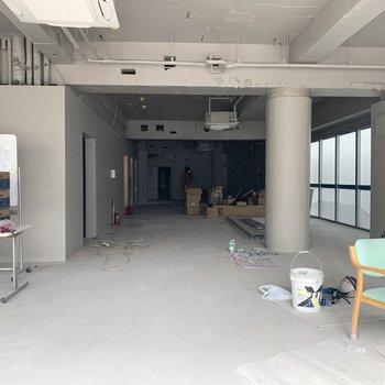【1F】1階は天井高があり、開放的。(工事中の写真)