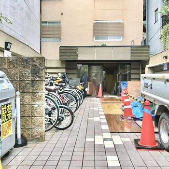 共用部】駐輪場とゴミ捨て場はエントランス前に。