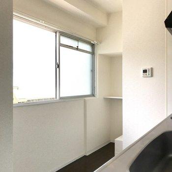 キッチン奥には冷蔵庫スペースと、さらに奥にはちょっとしたものが置けそう!
