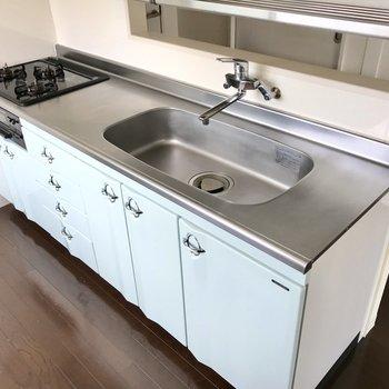 キッチンは爽やかなソーダ色!収納もたっぷり◯グリルもあるし、レパートリーも増えますね