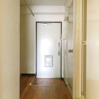 玄関と洗濯機置き場の間にはカーテン設置可ですよ。※写真は通電前のものです