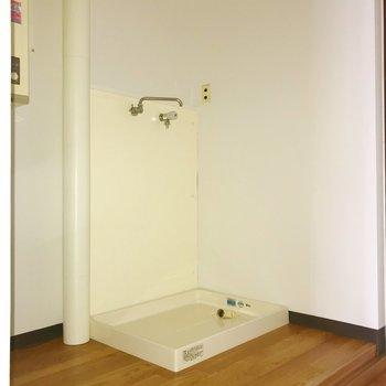 玄関横に洗濯機置き場。※写真は通電前のものです