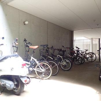 屋根付きの駐輪場もありました。