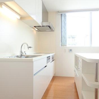 白で清潔感のあるキッチンは、、、