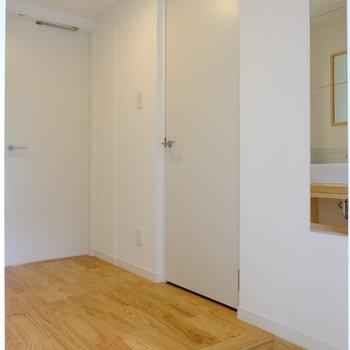オークの無垢床に玄関の白タイルが映えるんです!