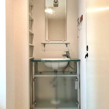 まあるい洗面台。隣の収納も便利です! (※写真は清掃前のものです)