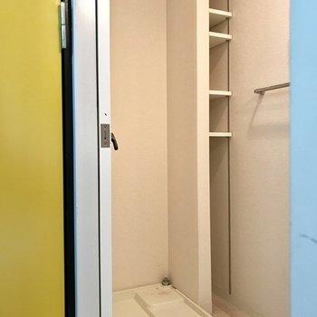黄色い扉の隣がサニタリー。洗濯機の横には洗剤やタオルを! (※写真は清掃前のものです)
