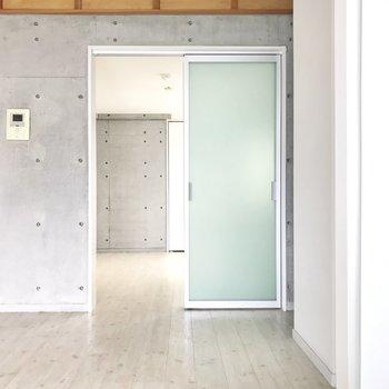 まずはこの扉の先から。 (※写真は清掃前のものです)
