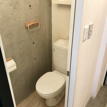 トイレは玄関側に。ペーパーホルダーやタオルホルダーが四角くてかわいい! (※写真は清掃前のものです)