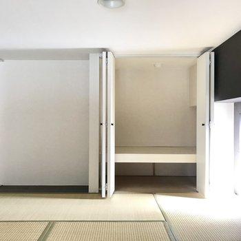 和食のときはここでご飯を食べちゃう?収納にはちゃぶ台セットを入れたり。 (※写真は清掃前のものです)