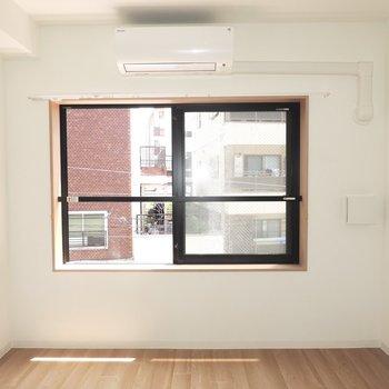 【洋室】お隣の洋室へ。腰高窓のためインテリアの選択肢が広がりますね※写真は3階同間取り別部屋のものです