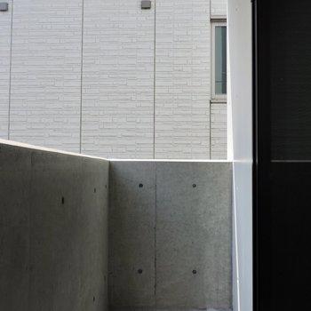 コンクリートのベランダかっこいいです※写真は3階同間取り別部屋のものです