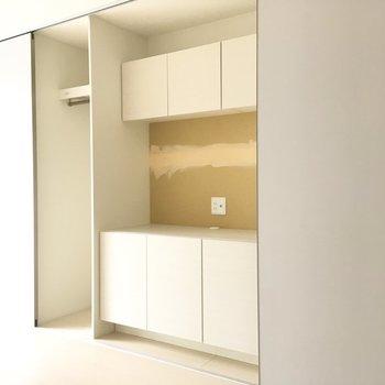 中央の壁と、クローゼットの可動扉は、入居時に壁紙を選べるそうですよ、インテリアに合う壁紙を選びましょう。