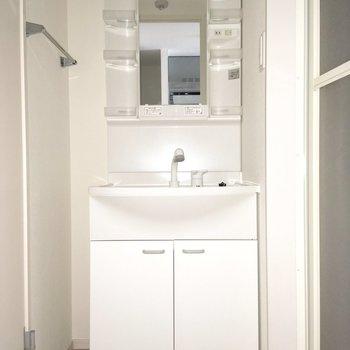 右にお風呂、左にトイレです。※写真は通電前のものです・一部フラッシュを使用して撮影しています