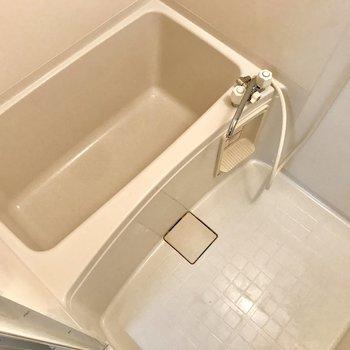 シンプルなお風呂※写真は2階の反転間取り別部屋のものです