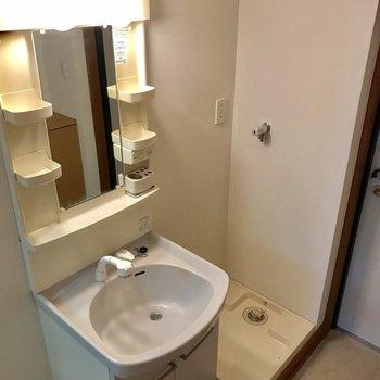 独立洗面台、便利だな〜※写真は2階の反転間取り別部屋のものです