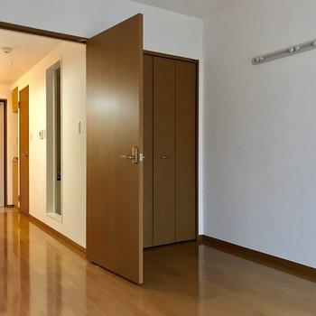 キッチンへと続く扉※写真は2階の反転間取り別部屋のものです