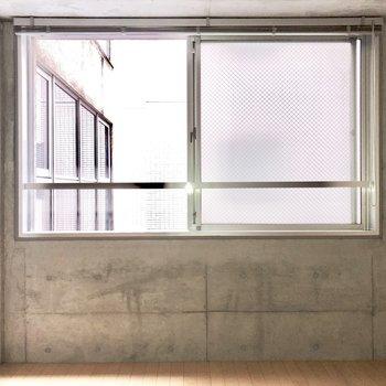 窓の下にベッドを置こうかな。