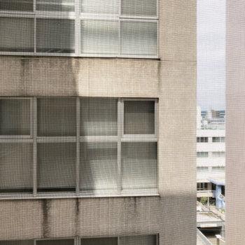 窓からは同じ建物が見えます