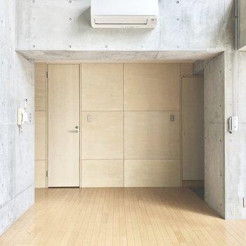 正面の扉が浴室、トイレです。