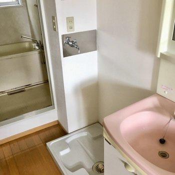 お風呂の前に洗濯機置場もあるので、脱いだら即インできますね。(※写真は清掃前のものです)