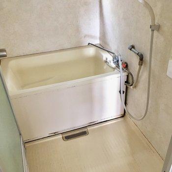 お風呂はサーモ水栓で、お湯の調節も楽ちんです。(※写真は清掃前のものです)