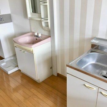 キッチン横に冷蔵庫置場です。(※写真は清掃前のものです)