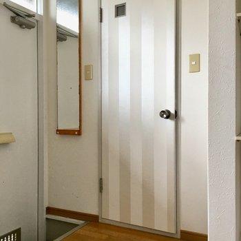 玄関よこの扉は?(※写真は清掃前のものです)