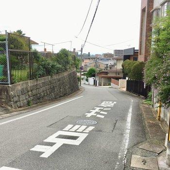 駅まではゆるやかな坂をのぼります。