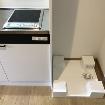 洗濯機置場は玄関とキッチンの横です※写真は2階の同間取り別部屋のものです