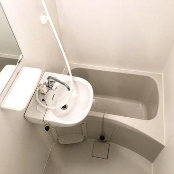 サニタリーは2点ユニットでお掃除もラクラク♪※写真は2階の同間取り別部屋のものです