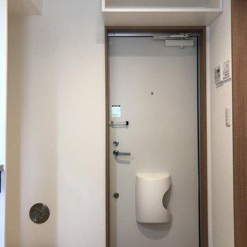 シューズボックスは扉の上なので玄関周りがスッキリ!※写真は2階の同間取り別部屋のものです