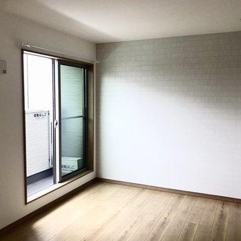 さり気ないアクセントクロスがお洒落です※写真は2階の同間取り別部屋のものです