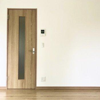 扉やフローリングは端正で温かみもある木目調で統一されています※写真は2階の同間取り別部屋のものです