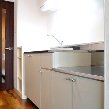 キッチンは、シンプルなつくりです♪